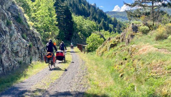 Voyage itinérant à vélo en famille sur la Dolce Via en Ardèche sauvage